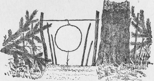 Петля, установленная между колышками