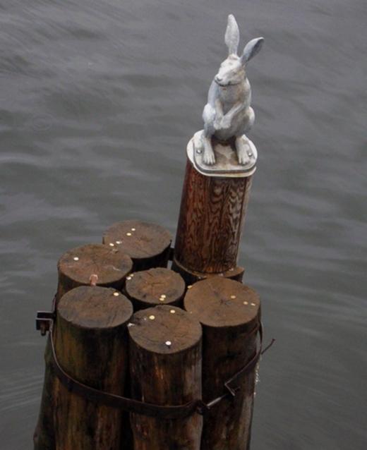 Заяц-статуя