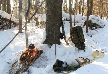 У костра в зимнем лесу